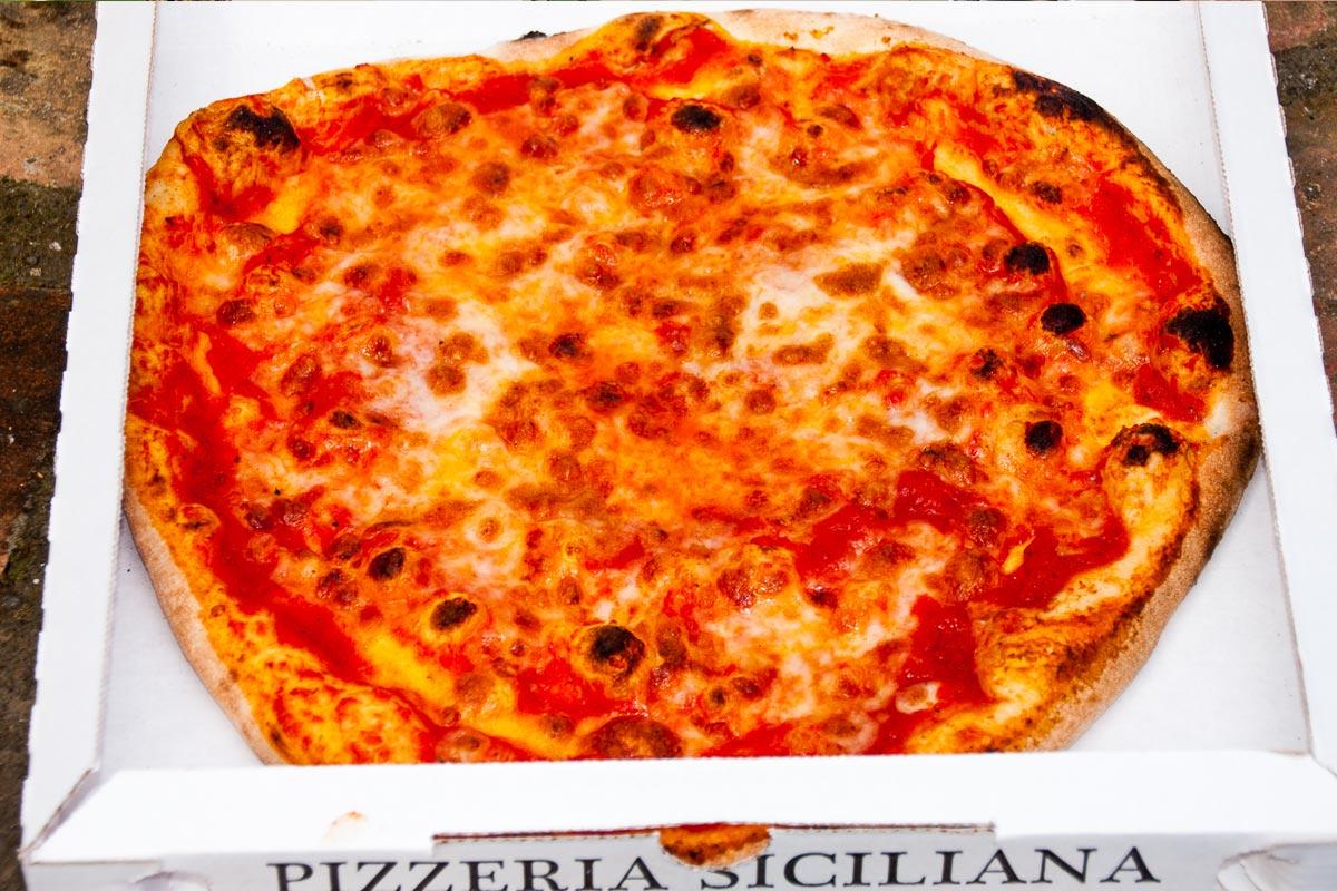"""Pizza """"Margherita"""" con pomodoro, mozzarella e basilico"""